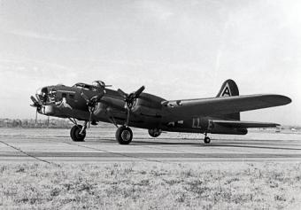 Sqn. 385 BG, 550 BS USAF B 17-35-VE  42-5913; Q Shack Bunny